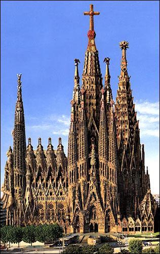 Mes bâtiments sont connus dans le monde entier et pourtant je n'ai travaillé que dans ma région, la Catalogne, et surtout à Barcelone. Ma cathédrale est longtemps restée inachevée, je suis :