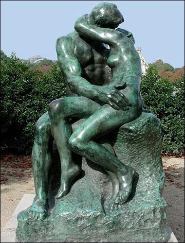 Auguste Rodin renouvelle le travail de la sculpture, avec notamment un aspect parfois 'non fini' et une sensualité qui choque le public. Mais en quelle matière est ce 'Baiser ' de 1886 ?