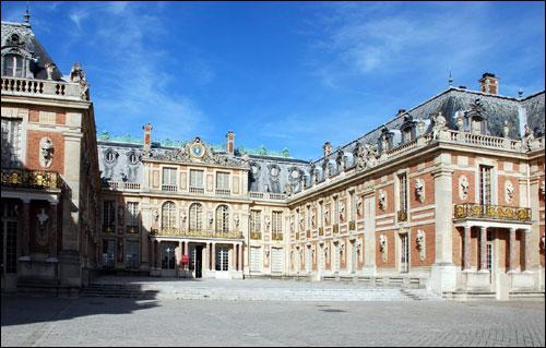 Au cours du XVII° s, Louis XIV se fit construire un imposant château près de Paris afin d'y donner de grandes réceptions. Quel est son nom ?