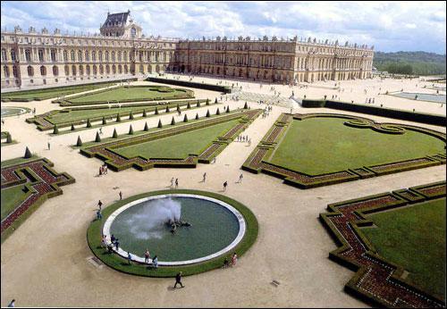 Les jardins dit ' à la française' de ce château sont particulièrement remarquables avec leur organisation très ordonnée, les jeux d'eau et les vastes perspectives. Mais qui en est le créateur ?