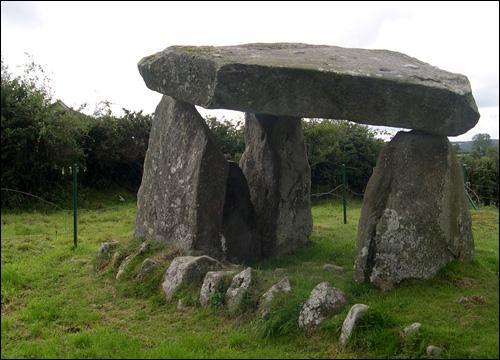 Comment appelle-t-on ces 'constructions' à la fonction probablement rituelle et religieuse ?