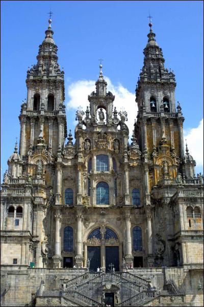 Quel est ce monument espagnol qui a été le théâtre d'un pèlerinage important au Moyen-Âge ?