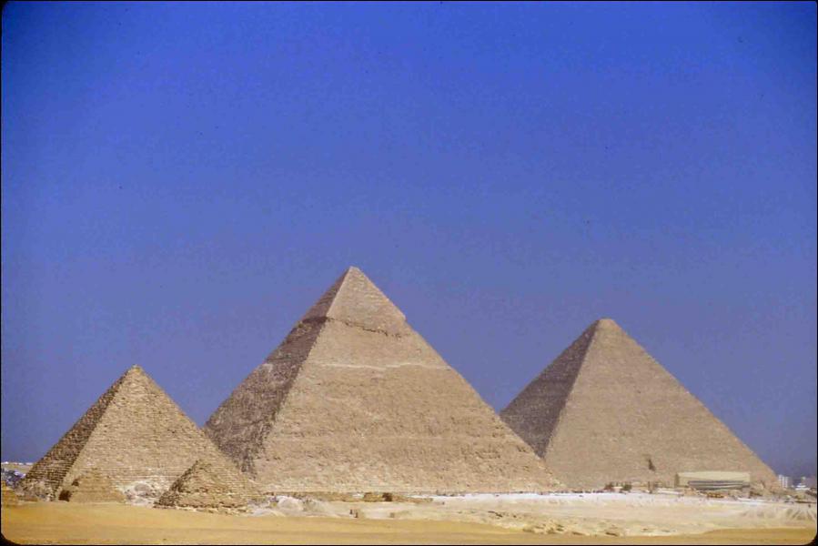 Quel est ce monument égyptien, ancienne Merveilles du Monde, qui abritent le corps de Khéops, Khéphren et Mykérinos ?