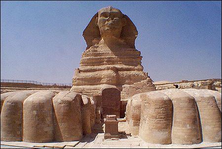 Quel est ce monument égyptien qui est célèbre pour avoir le nez cassé ?