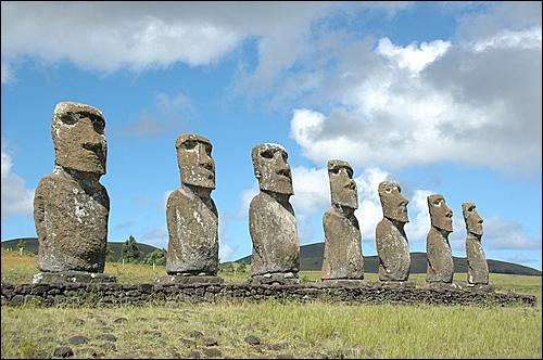 Quel est ce monument situé dans l'océan Pacifique célèbre pour ses statues ?