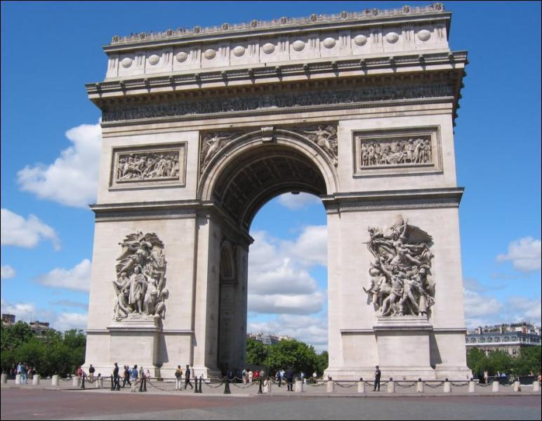 Quel est ce monument parisien situé sur la place de l'Etoile qui abrite la Tombe du Soldat Inconnu ?