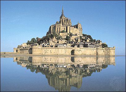 Quel est ce monument français qui abrite une abbaye et qui est dédié à un saint ?