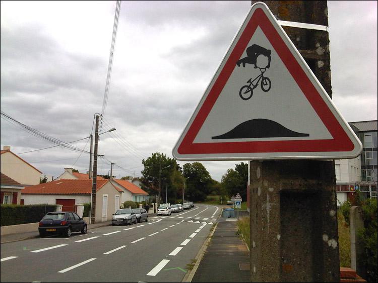 Que signifie ce panneau de signalisation détourné ?