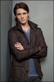 Comment s'appelle le frère d'Elena ?