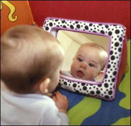 A 4 mois, un bébé peut se reconnaître dans un miroir :