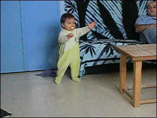 En général un bébé marche entre :