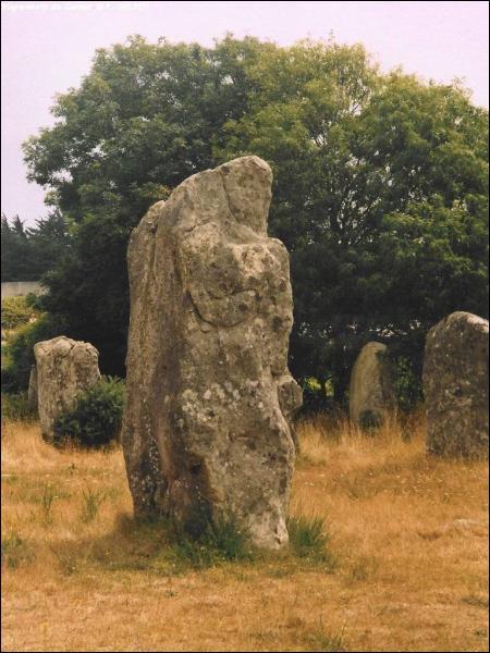 Comment s'écrit le nom de cette 'pierre longue' chère à Obélix ?