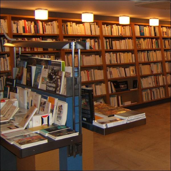 Le terme 'librairie' se traduit par...