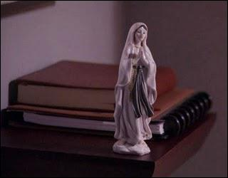 Qui est la sainte représentée par la statue mise dans l'appartement de Dexter par Sonya ?
