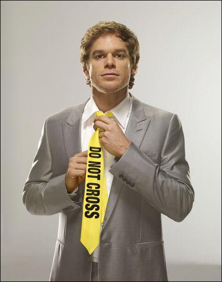 Dans le dernier épisode, qui menace Dexter avec son arme ?