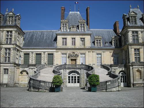 François Ier fait reconstruire presque entièrement ce château et le fait et décorer par des artistes italiens. Il s'agit de... ?