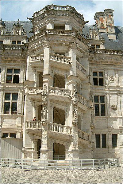 Ce château du Val de Loire comporte un escalier à double révolution conçu par Léonard de Vinci à la demande de François Ier. Il s'agit de ... ?