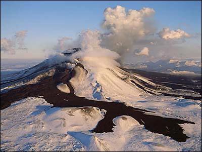 Quel volcan est entré en éruption le 21 mai 2011 ?