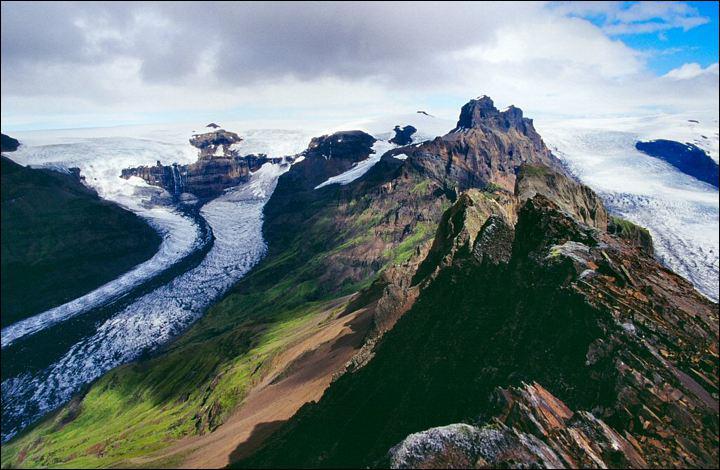 Quel massif islandais se trouve au-dessus d'un point chaud responsable de l'activité volcanique ?