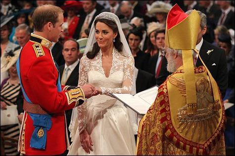 Les Rois et Reines sont traditionnellement couronnés :