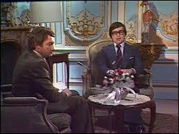 Quel homme d'état est pastiché dans le célébre sketch de Pierre Desproges et Thierry Le Luron 'Entretien au coin du feu' ?