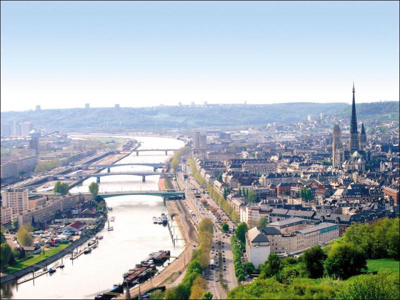 C'est le chef-lieu de sa région et de son département. Arrosée par la Seine, c'est la ville où Jeanne d'Arc monta sur le bûcher en 1431. Il s'agit de :