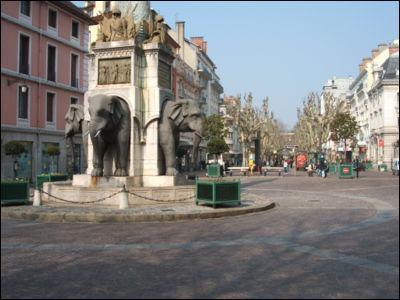 Son château est l'ancienne résidence des ducs et comtes de Savoie. La 'Fontaine aux éléphants' est le monument le plus célèbre de cette ville d'adoption de Jean-Jacques Rousseau. C'est :