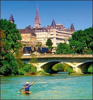 C'est dans cette ville des Pyrénées-Atlantiques que naquit en 1553 Henri III de Navarre, futur roi de France. Le château où il vint au monde est classé monument historique. C'est :