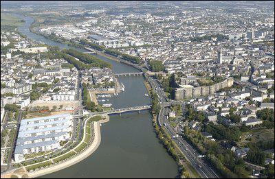 C'est le chef-lieu du Maine-et-Loire. Son château fut construit au XIIIe siècle par Louis IX et abrite aujourd'hui la célèbre tapisserie de l'Apocalypse. Centre viticole important c'est :