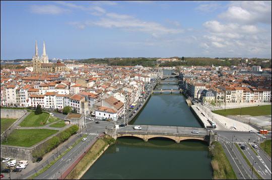 Cette ville au confluent de la Nive et de l'Adour est celle où Anne d'Autriche fit connaître le chocolat en France. Son jambon est protégé par une IGP . C'est :