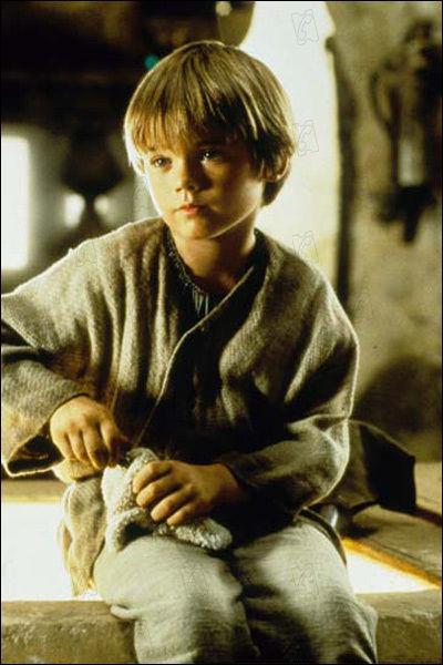 Qui interprète le rôle de Anakin Skywalker dans le premier épisode ?