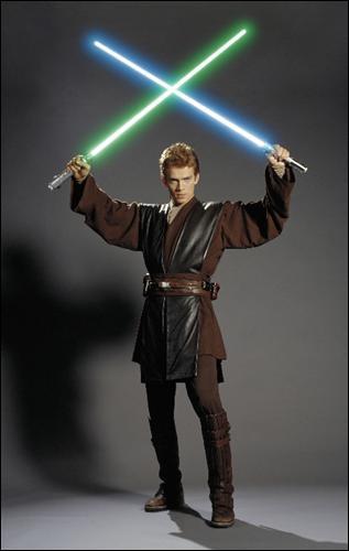 Combien de sabre(s) laser(s) Anakin manipule-t-il en tout dans l'épisode II ?