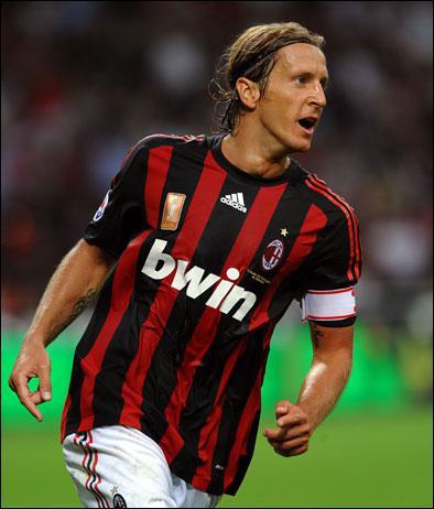 En Italie, le Milan AC rejoint son rival local, l'Inter Milan, au nombre de championnats remportés. C'est le 4ème titre de champion pour son capitaine actuel, le vétéran…