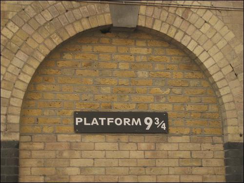 A la gare de King's Cross, Harry doit se rendre sur la voie ...