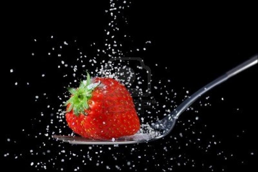 Quand on ''sucre les fraises'' , c'est qu'on est âgé et qu'on tremble pas mal. Que signifiait l'expression à l'origine ?