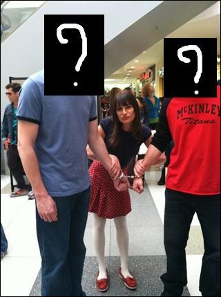 Quels personnages se sont retrouvés menottés dans un centre commercial ?