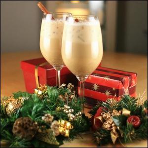 Le lait de poule est une boisson traditionnellement servie le soir de Noël. Elle est composée de lait, crème, sucre, jaune d'oeuf et parfumée à la canelle. Il est d'usage d'y ajouter :