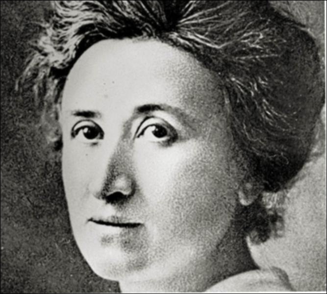 Rosa Luxemburg (1871-1919) était à la tête d'un mouvement ''spartakiste'' qui échouera et sera durement réprimé. Elle-même fut assassinée...