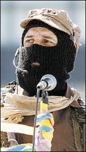 Du fond de sa province du Chiapas au Mexique, un homme apparaissant toujours masqué d'un passe-montagne mène une révolution depuis 1994. Il se fait appeler ''le sous-commandant -----------------'' .