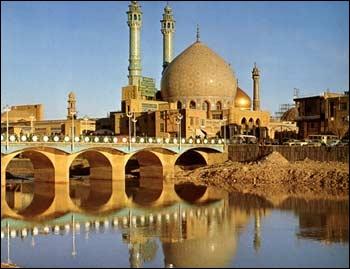 Rouhollah Mousavi (1902-1989) a fait des études à Qom et pris le pouvoir dans son pays en 1979. On le connait mieux sous le nom de...