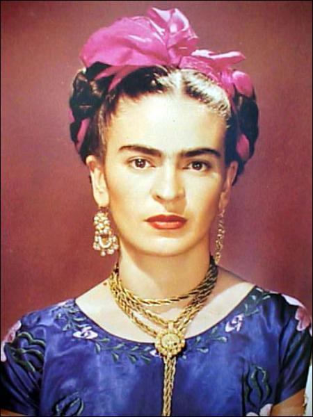 Quelle actrice incarne la peintre Frida Kahlo dans le film 'Frida' en 2002 ?