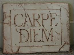 Carpe diem (quam minimum credula postero) est une locution latine extraite d'un poème que l'on traduit souvent par « Cueille le jour sans te soucier du lendemain ». De qui est ce poème ?