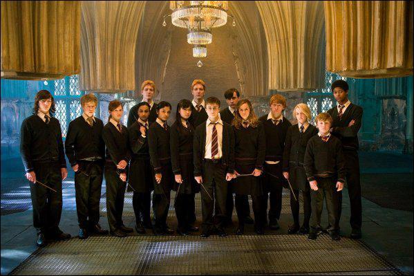 Que font les membres de l'armée de Dumbledore dans la salle sur demande ?