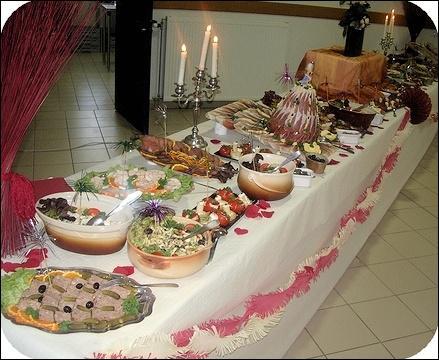 Pour le repas qui suivera, on pourra être servi à table ou on pourra se servir ...