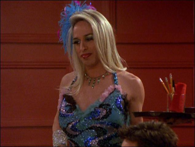 Moins connue que Patricia, Rosanna et David, cette actrice est la 'belle-soeur' de Courteney Cox. Comment s'appelle le/la serveur/se du restaurant où se produit le papa de Chandler ?