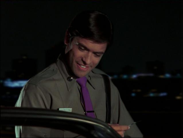 L'officier 'craquant' qui arrête Rachel est connu pour son rôle d'Antonio Cortez dans 'Missing : disparus sans laisser de traces', il est aussi apparu dans 'Top Cops' avec Bruce Willis. Qui est-ce ?