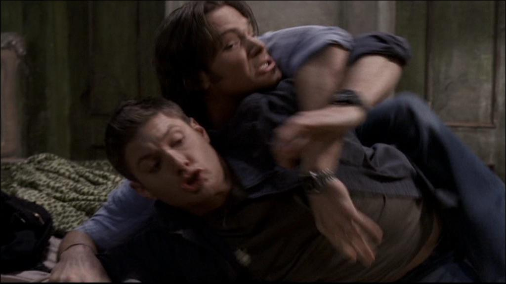 Quels traits de caratère typiques à Dean sont exagérés, dans l'épisode de leur première rencontre avec l'embrouilleur ?