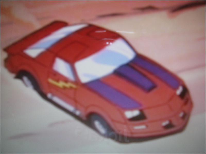 Le chef de groupe, Matt, pilote une Chevrolet Camaro rouge, nommée Falcon, qui peut se transfomer un peu à la manière des Transformers. En quoi se change-t-elle ?