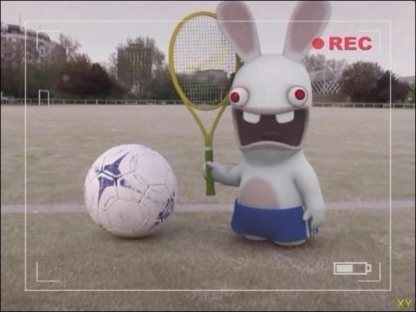 Avec quoi ce Lapin joue-t-il au foot ?