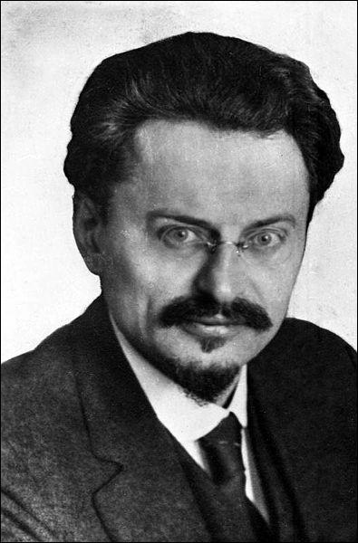 Quel est ce militant marxiste qui n'avait pas les mêmes idées que Staline et qui fut assassiné au Mexique ?